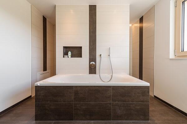Fliesen Jams - Bad, grosse Badewanne, Ablagefach, Eingang Dusche, Fliesen weiss, dunkelbarun