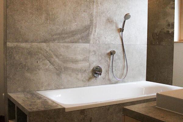 Fliesen Jams - Badewanne, Grossformatfliese, braun, grau, Ablagefächer, Rückwand Dusche, modern, speziell
