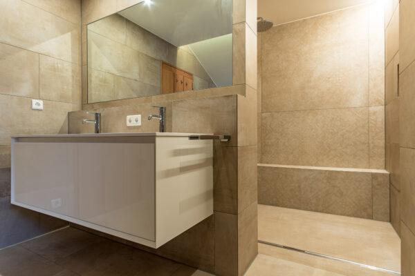 Fliesen Jams - Badezimmer, hellbraun, Grossformat Fliesen, Spiegel, Ablage, weisser Badverbau