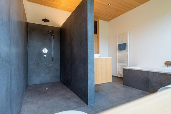 Fliesen Jams - Badezimmer, offene Dusche, Badewanne, Handtuchhalter, Badverbau Holz, Design, modern, graue Fliesen