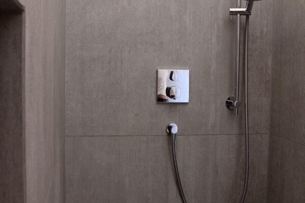 Fliesen Jams - Dusche, braun, Duschkopf, Ablagefach, Brause, Armatur
