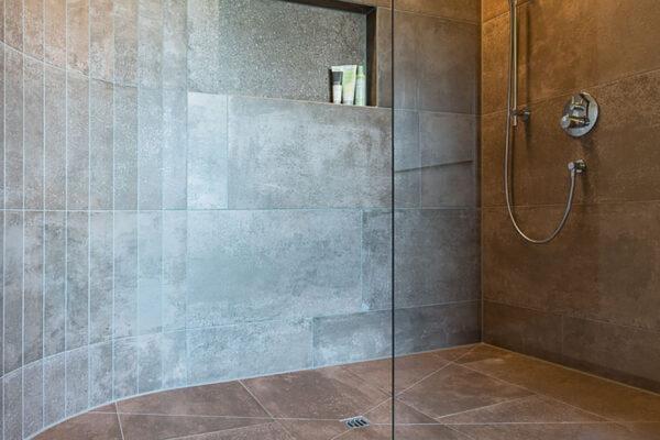 Fliesen Jams - Dusche, grosszügig, runder Eingang, Duschverglasung, Duschkopf, Ablagefach, Spezialdusche