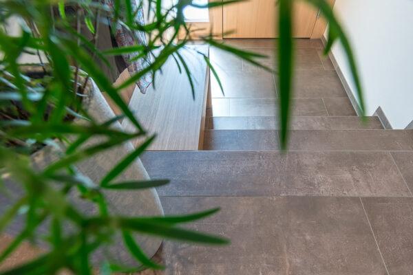 Fliesen Jams - Eingangsbereich, braune Fliesenplatten, besondere Lösung, Sitzbank, Garderobe