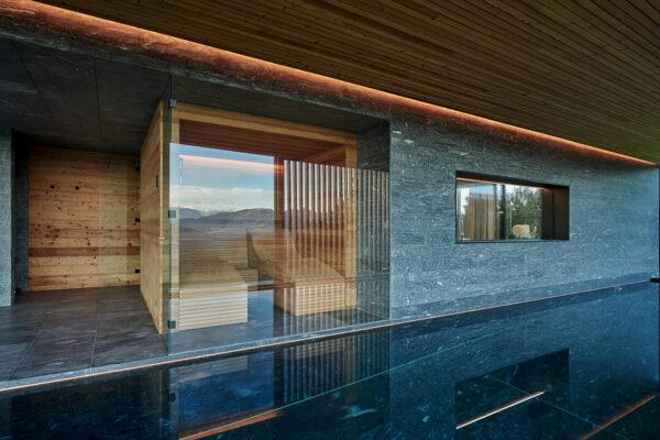 Fliesen Jams - Hallenbad, Schwimmnad, grau gemusterte Fliesen, Sauna, Glaswand, Wasser, Wellness, Entspannung, Traum