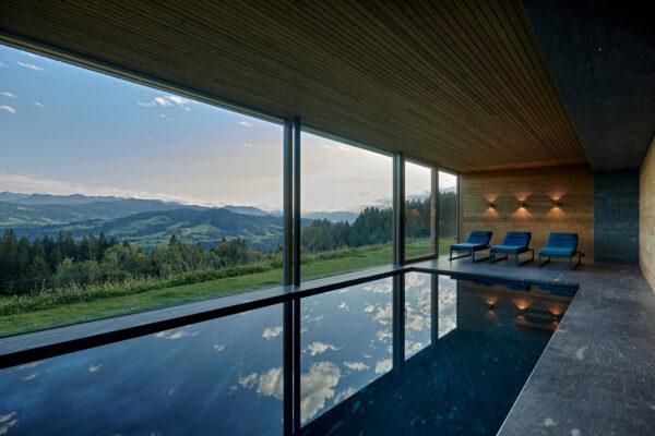 Fliesen Jams - Schwimmbad, Ausblick Berge, Liegen, Relax, geflieste Poollandschaft, graue Fliesen