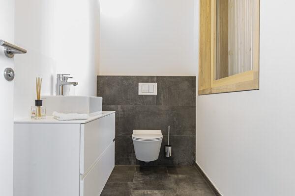 Fliesen Jams - Toilette, dunkle Wandfliesen, Bodenfliesen, Badverbau, Waschbecken