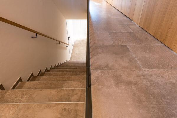 Fliesen Jams - Treppenhaus, Kellertreppe, Gang, braune Fliesen, Bodenplatten, Erdtöne