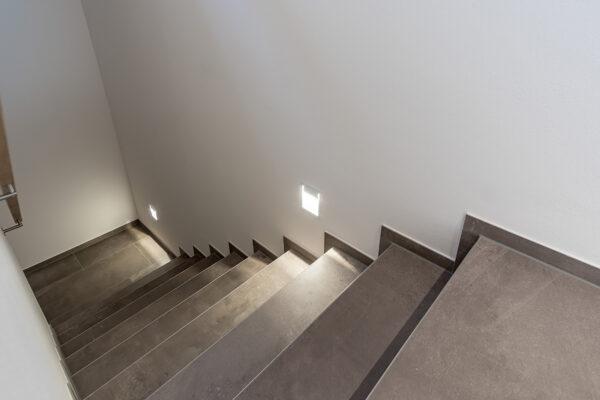 Fliesen Jams - Treppenhaus, braune Fliesen, Wandbeleuchtung