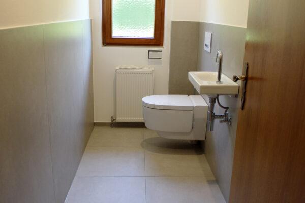 Fliesen Jams - WC, Toilette, Renovierung, Umbau, Waschbecken, hellbraune grossflächige Fliese, Gäste Wc