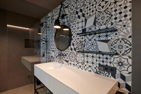 Fliesen Jams - Waschbecken, gemusterte Fliesen, schwarz, weiss, runder Spiegel, Ablagefläche, Duschwand, Design, modern